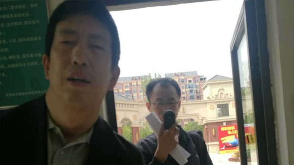 Two police officers from Tianjin ask Cheng Hai for evidence against Wang Quanzhang at his home in Hefei, April 26, 2018. Photo courtesy of Cheng Hai