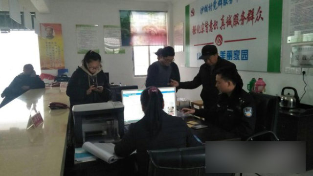 Officers from Qingcao police station in Anhui Province's Tongcheng city are collecting residents' DNA samples.