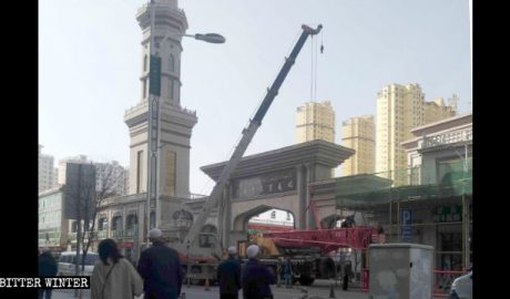Linxia residents witness the rectification of the Laohua Mosque.