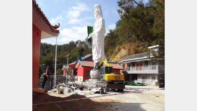 Workers are demolishing the dripping-water Guanyin statue.