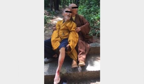 A Buddhist monk was beaten for protecting the temple.