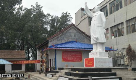 A Mao Zedong statue outside the Chinese Nation's Ancestor Temple.