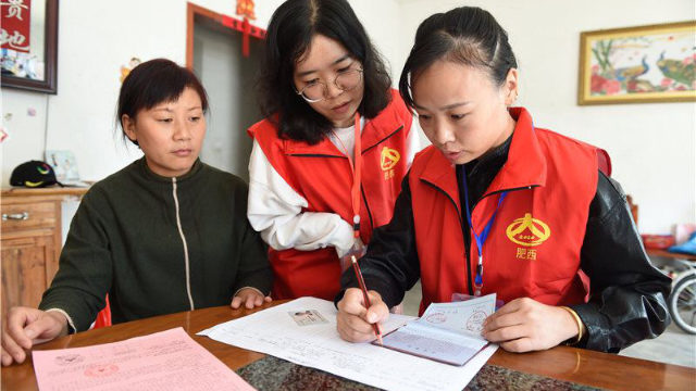 Government employees are registering information in a resident's home in Anhui's Hefei city.