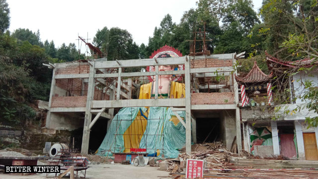 The Buddha statue in the Yunxiao Buddha Temple being covered up.