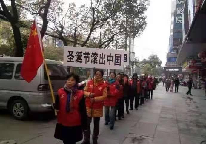 """A """"spontaneous"""" protest with banners """"Christmas, Get Out of China!"""""""